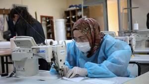 Üniversite öğrencileri, koronavirüsle mücadele için üretime başladı