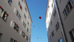 Yurtta kalanlar Memleketim şarkısı eşliğinde gökyüzüne balon bıraktılar