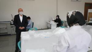 Gönüllü eğitmenler günde bin adet maske üretiyor