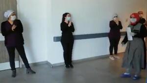 Corona virüsü yenen kadın, sağlıkçıların alkışlarıyla taburcu edildi