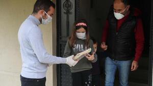 Sesini videoyla duyurdu, ekipler evine kitap götürdü