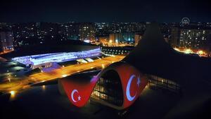 Baküdeki Haydar Aliyev Merkezinin dış cephesine Türk bayrağı yansıtıldı