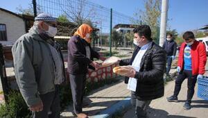 Bucada sokağa çıkma yasağında kırsal mahallerde yaşayanlara ekmek dağıtıldı