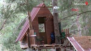 Koronavirüsten korunmak için yaptıkları ağaç evde kalıyorlar