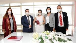 Koronavirüs önlemleriyle nikah kıydılar