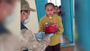 Jandarmadan 12 yaşındaki Aslıya doğum günü sürprizi