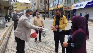 Reyhanlı'da AK Parti'nden halk ve esnaflara 20 bin adet maske