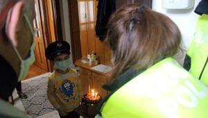 6 yaşındaki Hakana polislerden doğum günü sürprizi