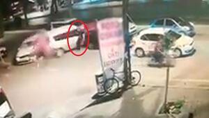Adanada korkunç kaza Yaya otomobillerin arasında sıkıştı