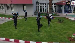 Zonguldakta polis ekipleri, zeybek oynayarak sosyal mesafe kuralına dikkati çekti