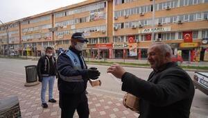 Turhalda zabıta ekipleri maske dağıttı
