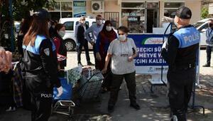 Polis, pazarda sosyal mesafeye uymayan vatandaşları uyardı