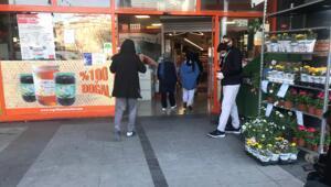 Bağcılarda market önünde kuyruklar oluştu