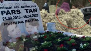 Ebru Şallı oğlu Parsın mezarına bileklik ve çiçek bıraktı
