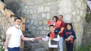 Öğrencilerine Türk Bayrağı ve kutlama malzemesi dağıttılar