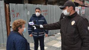 Avcılar'da caddede maske ve yaş ile ateş ölçümü denetimi