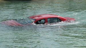 Motosiklete çarpmamak için manevra yaptığı otomobil kanala uçtu