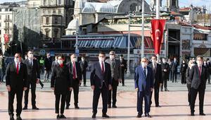 Taksimdeki Cumhuriyet Anıtı önünde tören düzenlendi