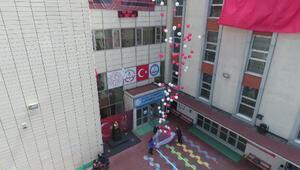 İstanbul semalarında kırmızı-beyaz renkli balonlar