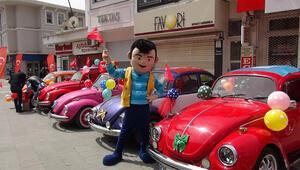 Klasik otomobil tutkunlarından evde kalan çocuklara balon ve Türk bayrağı hediyesi