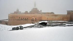 Tarihi İshak Paşa Sarayı nisanda beyaza büründü