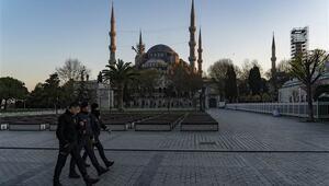 Sultanahmet Meydanında koronavirüs sessizliği