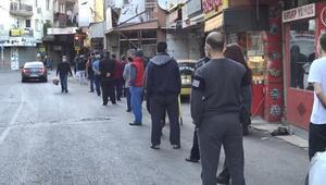 İzmirde fırın önlerinde pide kuyruğu