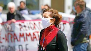 Atina'da maskeli mesafeli protesto