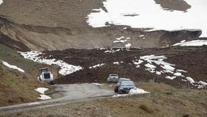 Yüksekovada heyelan... 11 köy ve mezranın yolu kapandı