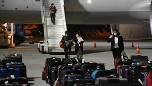 İzmire Katar'dan 292 Türk vatandaşı getirildi