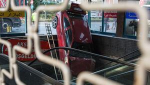 İstanbulda faciadan dönüldü Yeraltı çarşısının merdivenlerine otomobil düştü