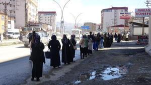 Yüksekova'daki PTT kuyruğu 1 kilometreyi aştı