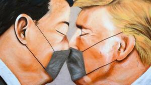 Berlin Duvarında Donald Trump ve Xi Jinpingin maskeli grafitisi