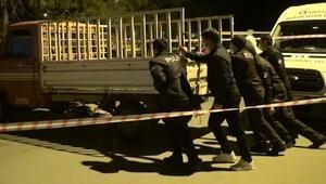 Evsiz adamın öldüğü kamyoneti, polis memurları iterek çıkardı