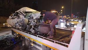 Maltepede otomobil özel halk otobüsüne çarptı, otomobil sürücüsü ağır yaralı
