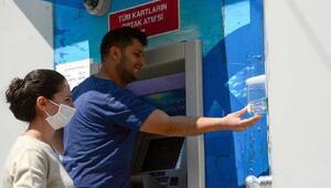 Köşkte ATMlere el dezenfektanı yerleştirildi