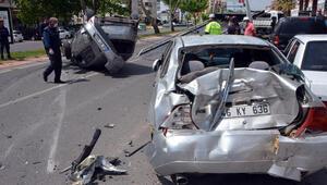 Hızını alamayan otomobil 5 araca çarptı, ortalık savaş alanına döndü