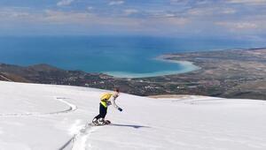 Artos Dağı'nda Van Gölü manzaralı snowboard keyfi