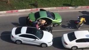 Trafikte korkunç görüntüler 3 kadını sopayla dövdü