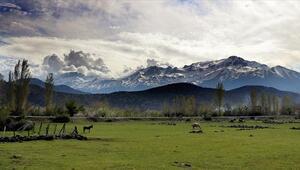Toros Dağlarının eteklerinde bahar, yüksek kesimlerinde kış yaşanıyor