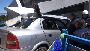 Kontrolden çıkan otomobil markete daldı Kaza anı kamerada
