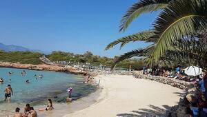 Plajındaki kumlarının Mısırdan gemilerle getirildiğine inanılan Sedir Adası