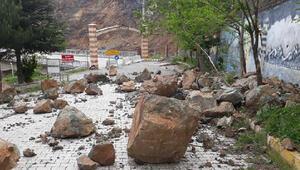 Madende köprü girişine kaya parçaları yuvarlandı