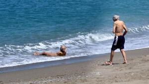 Yasağa rağmen çırılçıplak denize girdi
