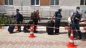Somali ve Cibutiden getirilerek karantinaya alınan vatandaşlar evlerine gönderildi