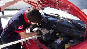 Otomobilin motorundan çıkarılan kedi, itfaiye aracının motoruna girdi