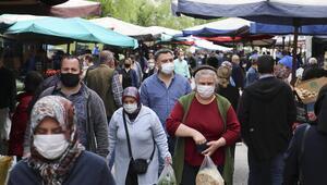 Semt pazarında maskeli alışveriş