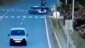 Otomobille çarpışan motosikletin sürücüsünün yaralandığı kaza kamerada