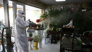 Denizlide belediye ekipleri, işyerlerini dezenfekte ediyor