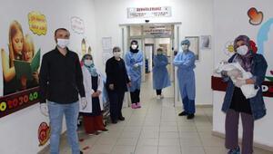 Koronavirüsü yenen 23 günlük bebek, alkışlarla uğurlandı